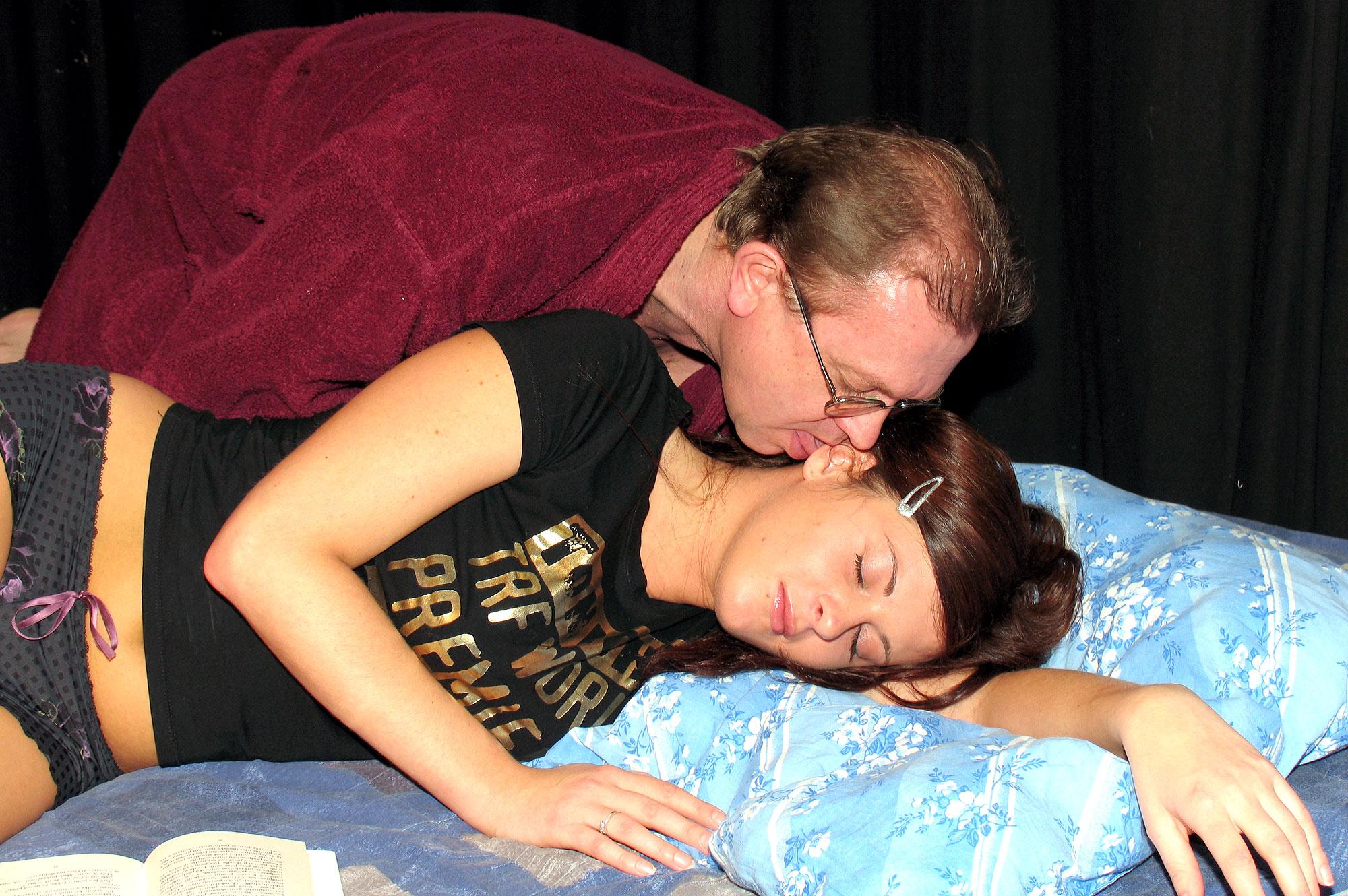 Секс с папой пока мама спит бесплатно 21 фотография