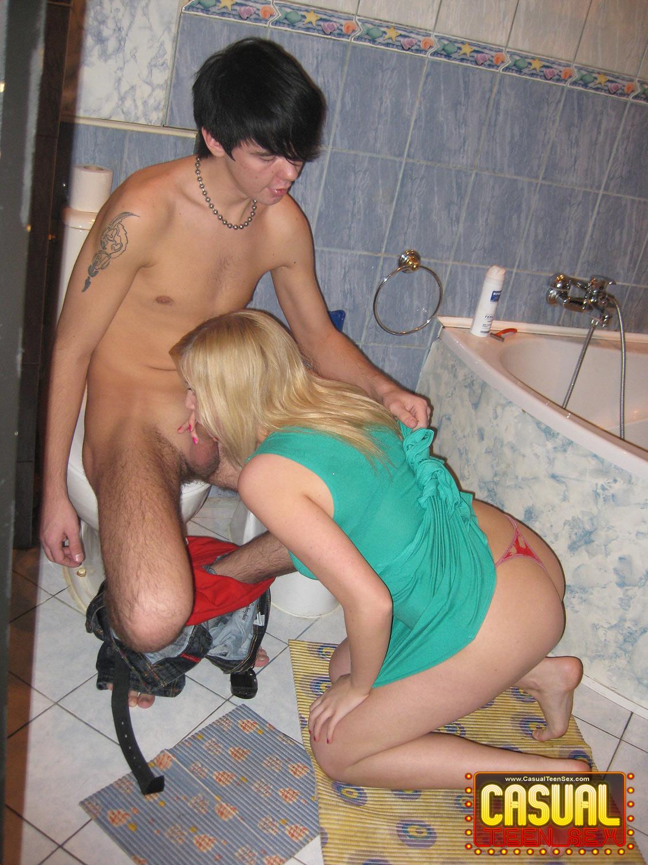 podglyadivaem-v-tualete-za-zhenshinami
