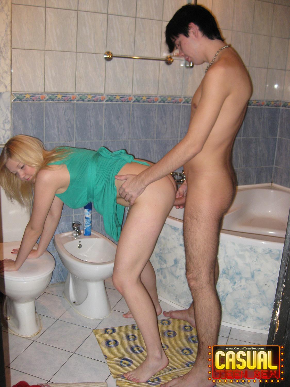 porno-eblya-v-tualete
